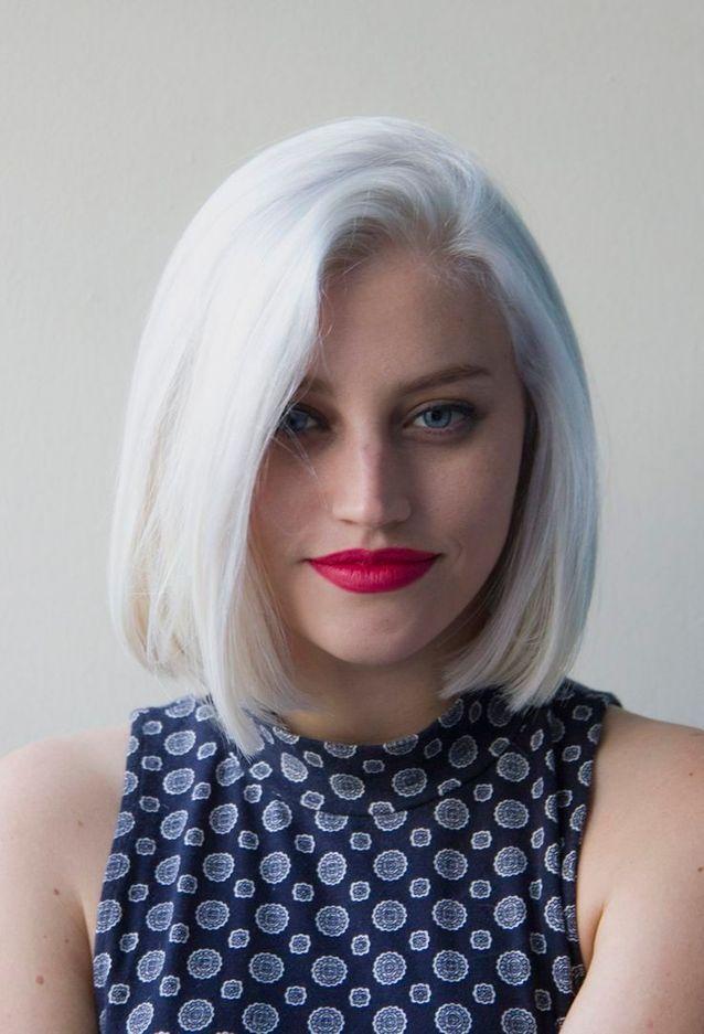 Cheveux blancs carré aux épaules