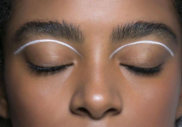 Eye liner blanc sous le sourcil