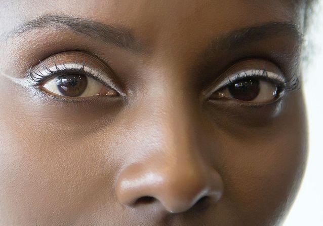 "Eyeliner blanc en ""cat eye"""