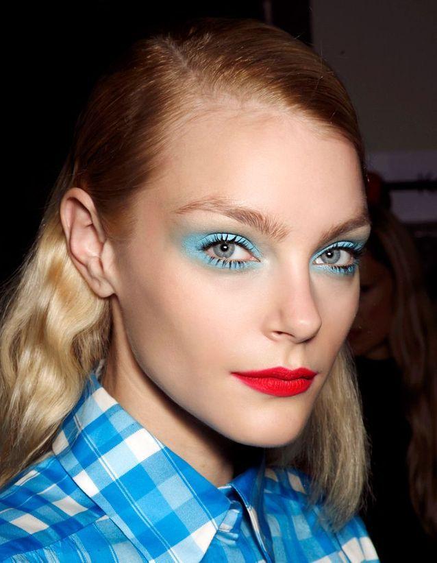 Maquillage des yeux bleus excentrique