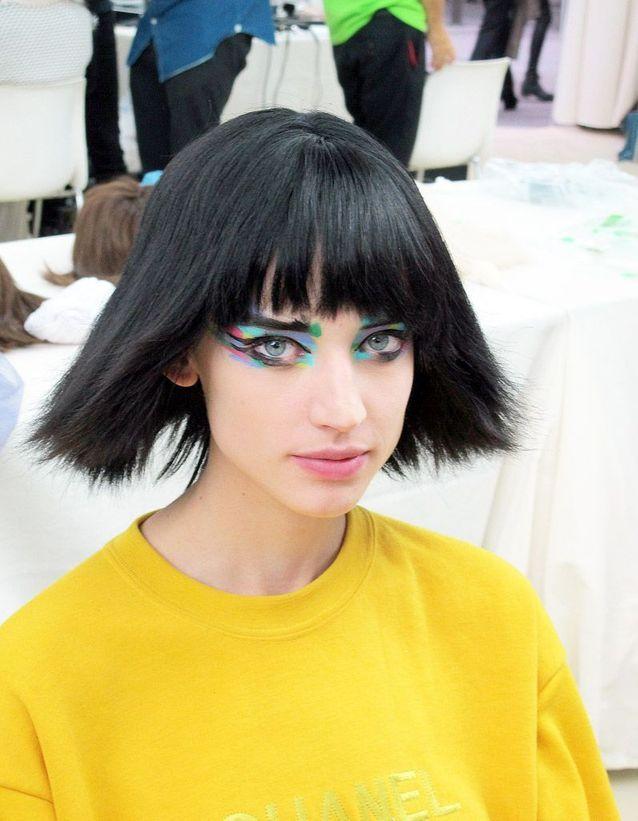 Un carré droit évasé et un maquillage pop : le look beauté de ce défilé Chanel marquera les esprits !