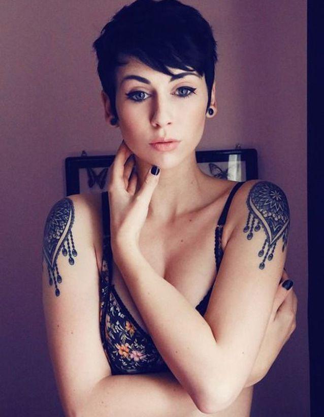 Idée tatouage : deux jolies épaulettes