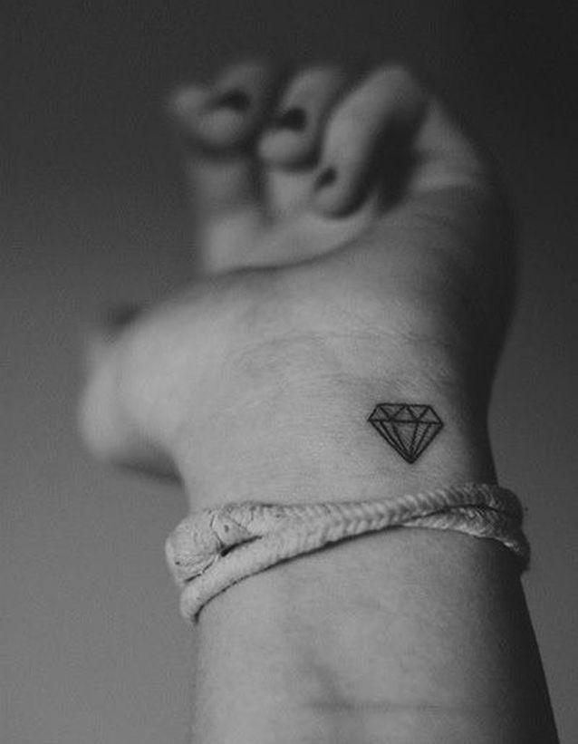 Idée tatouage : un diamant sur le poignet