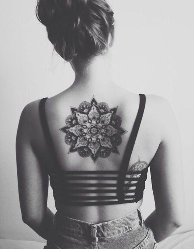 Idée tatouage : une rosace dans le dos