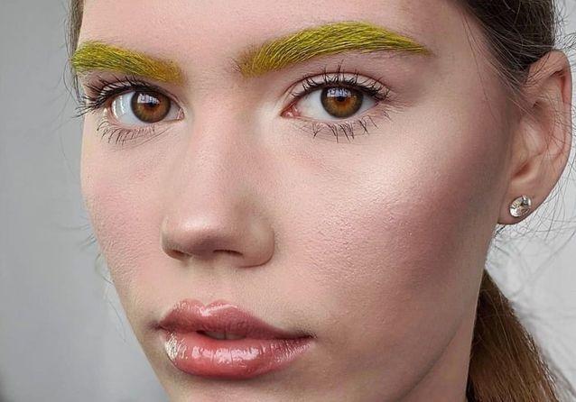 Les sourcils flashy : la tendance atypique que l'on voit partout