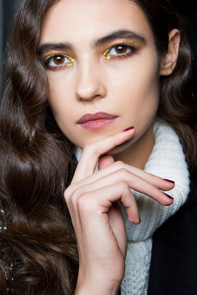 Maquillage pailleté confettis doré