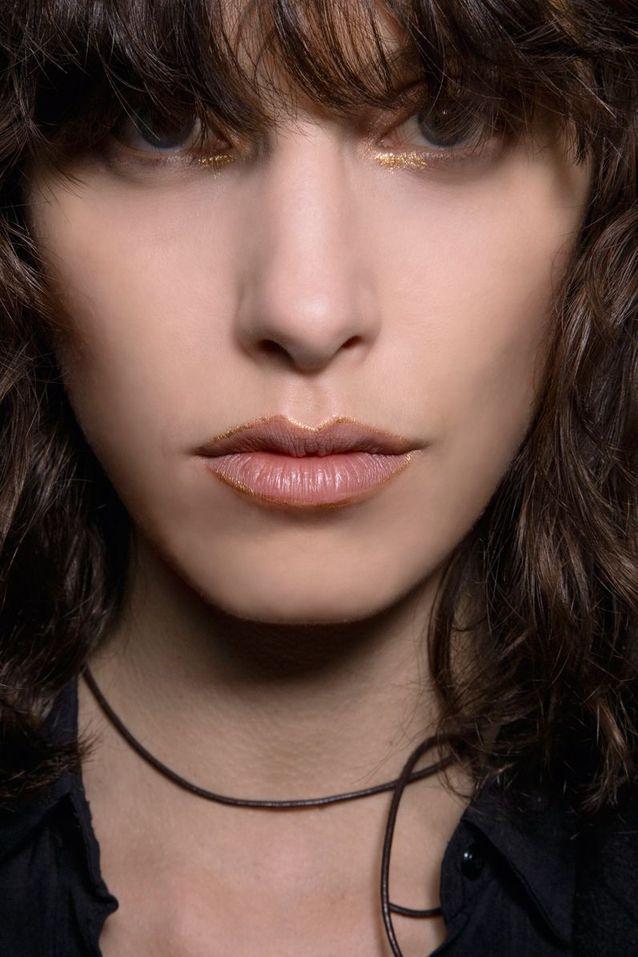 Maquillage pailleté doré yeux et lèvres