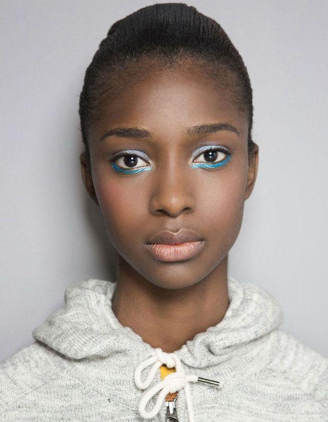 Maquillage pailleté en ras de cils inférieur