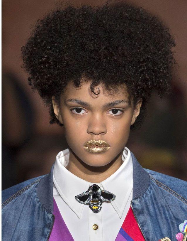 Maquillage pailleté lèvres dorées