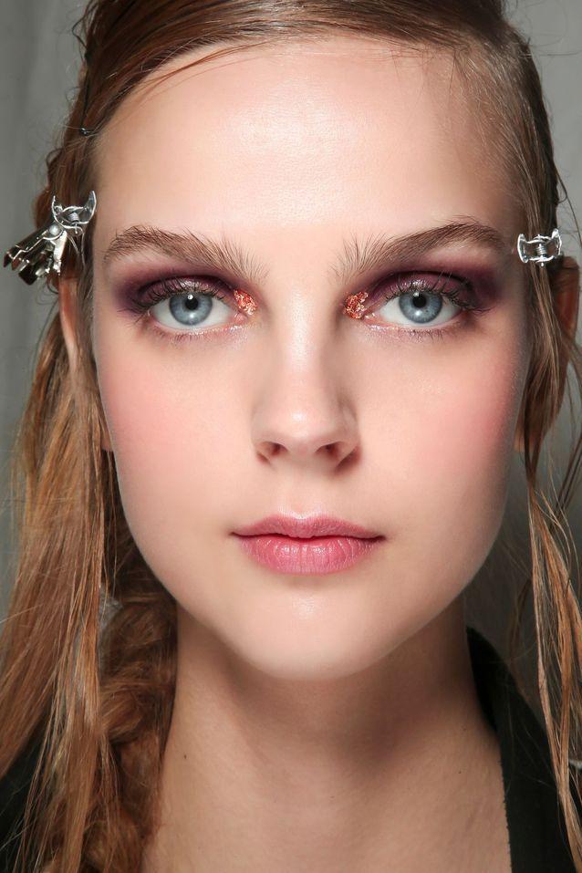 Maquillage pailleté rouge au coin de l'oeil