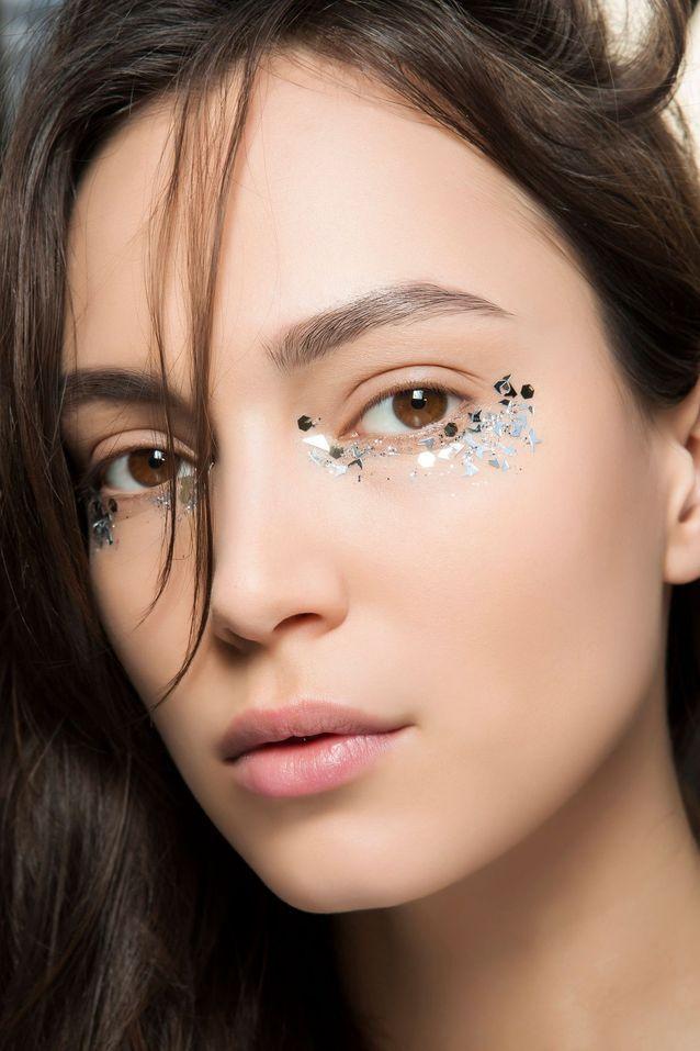 Maquillage pailleté sous les yeux