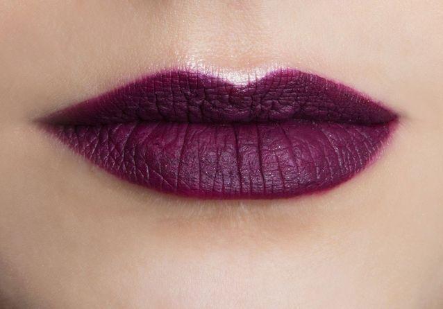 Maquillage bouche bordeaux