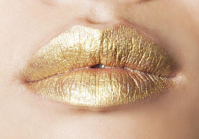 Maquillage bouche dorée