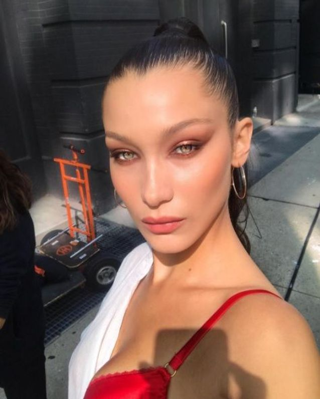 Bella Hadid et son maquillage pêche version oeil de chat