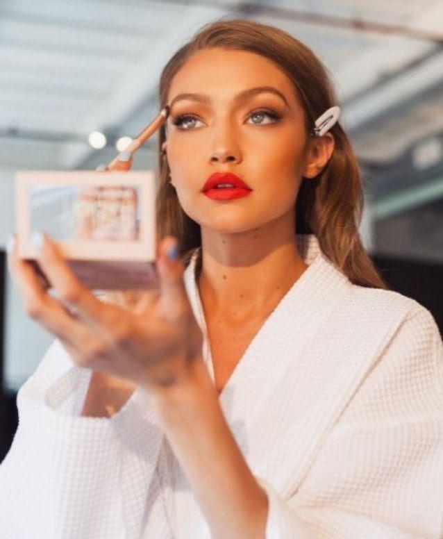 Gigi Hadid a adopté le maquillage pêche pour sa collection avec Maybelline