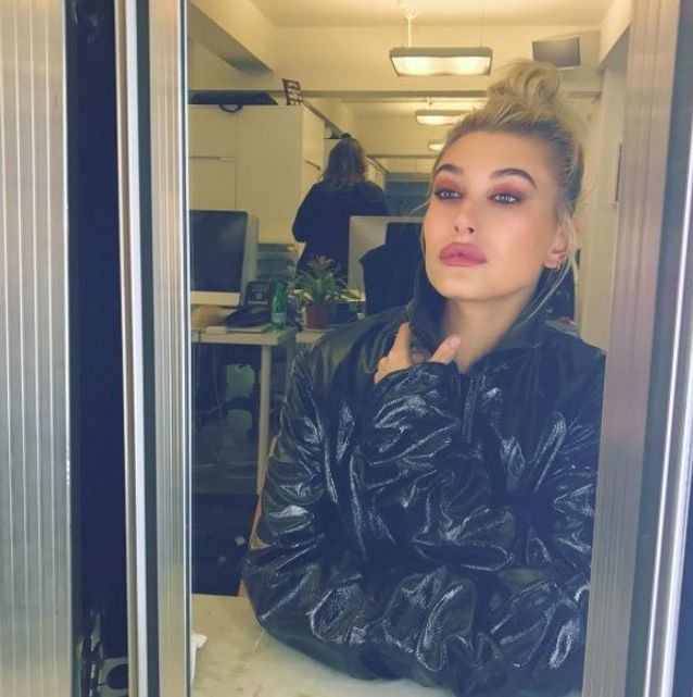 Le maquillage pêche d'Hailey Baldwin
