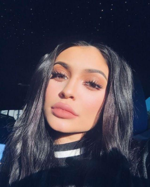 Le maquillage pêche effet seconde peau de Kylie Jenner