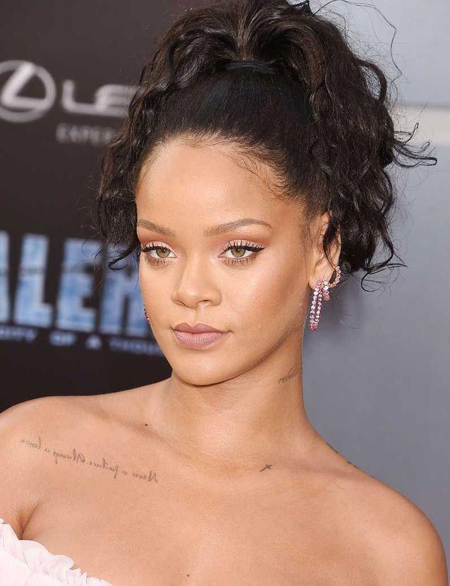 Rihanna adopte le maquillage pêche léger