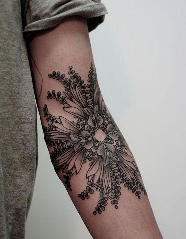 Tatouage bras fleuri