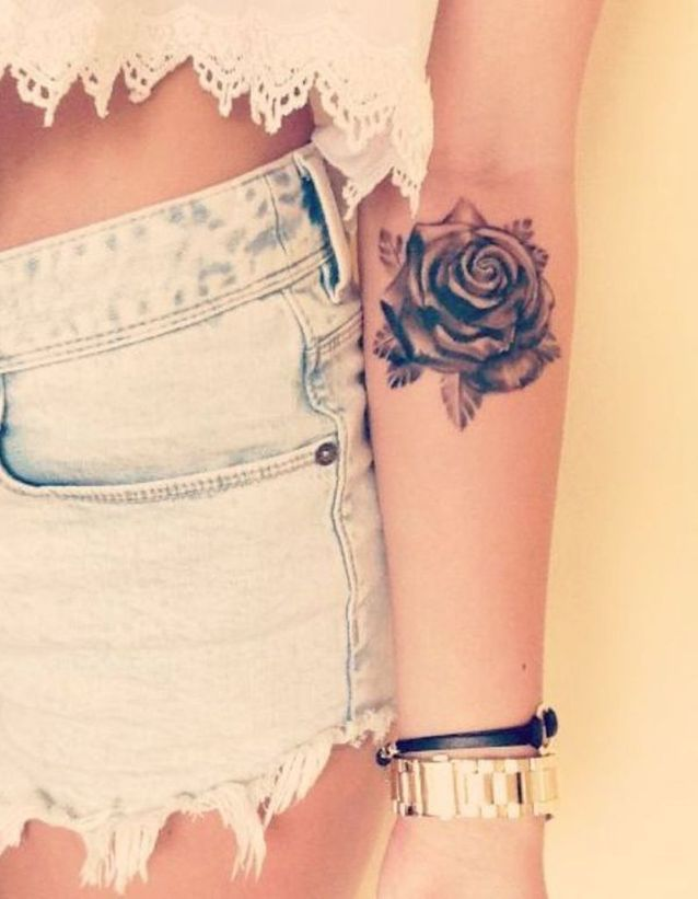 Tatouage bras rose