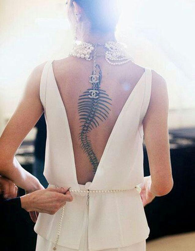 Tatouage colonne vertébrale femme modèle