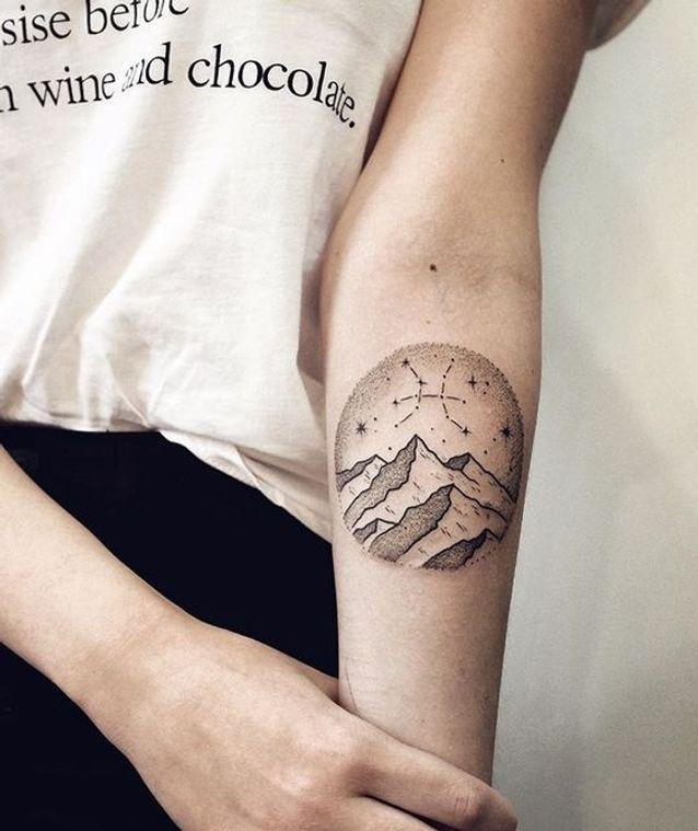 Tatouage constellation paysage