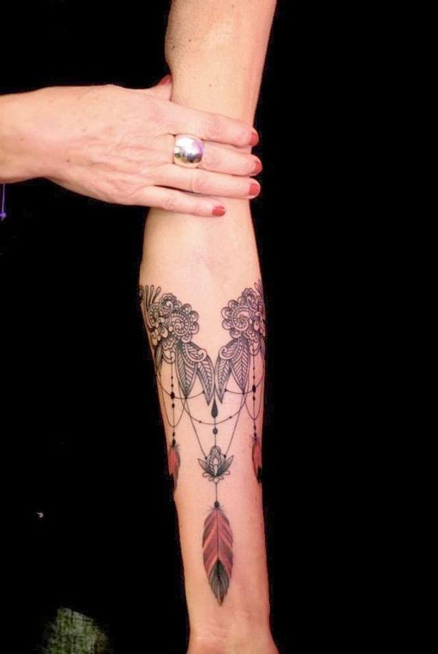 Tatouage dentelle sur l'avant bras