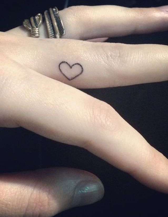 Tatouage doigt amour