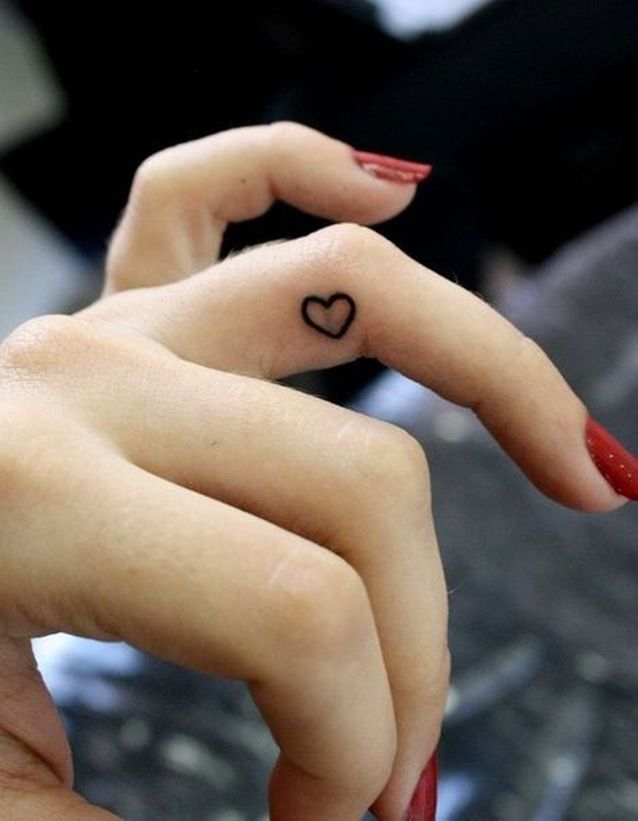 Tatouage doigt coeur