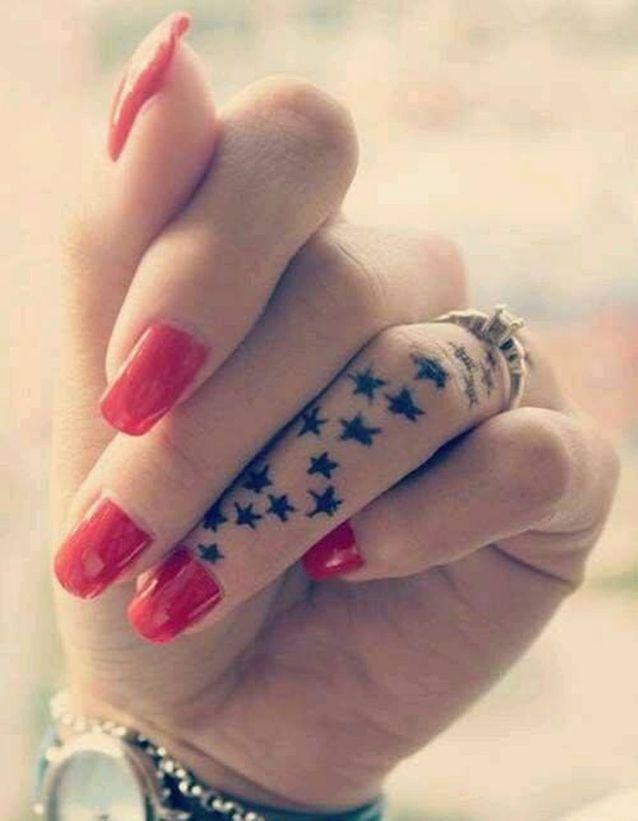 Tatouage doigt etoiles