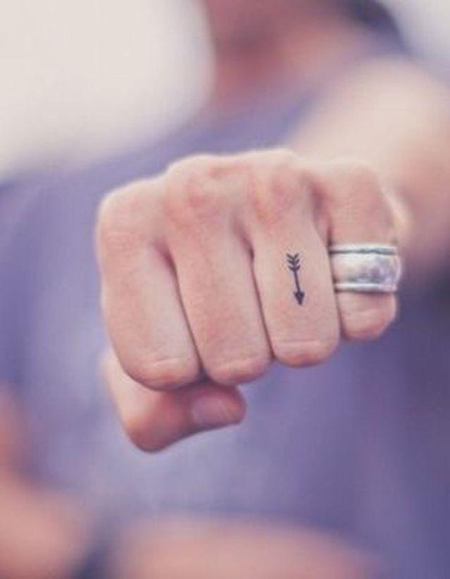 Tatouage doigt fleche