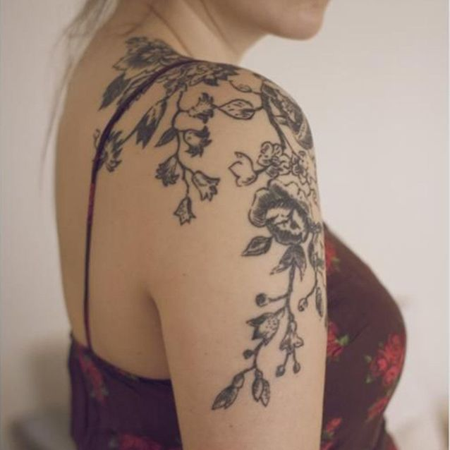 Tatouage épaule branches et fleurs