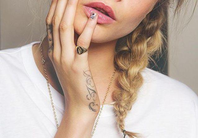 tatouage main les plus jolis tatouages de mains elle. Black Bedroom Furniture Sets. Home Design Ideas