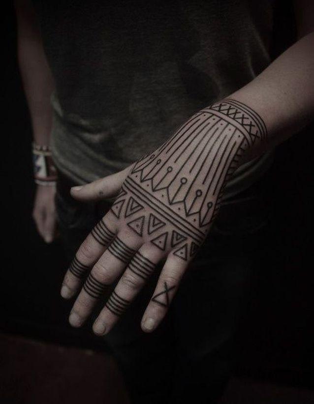Tatouage main tribal