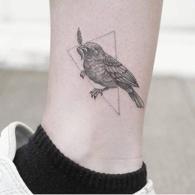 Tatouage oiseau cheville