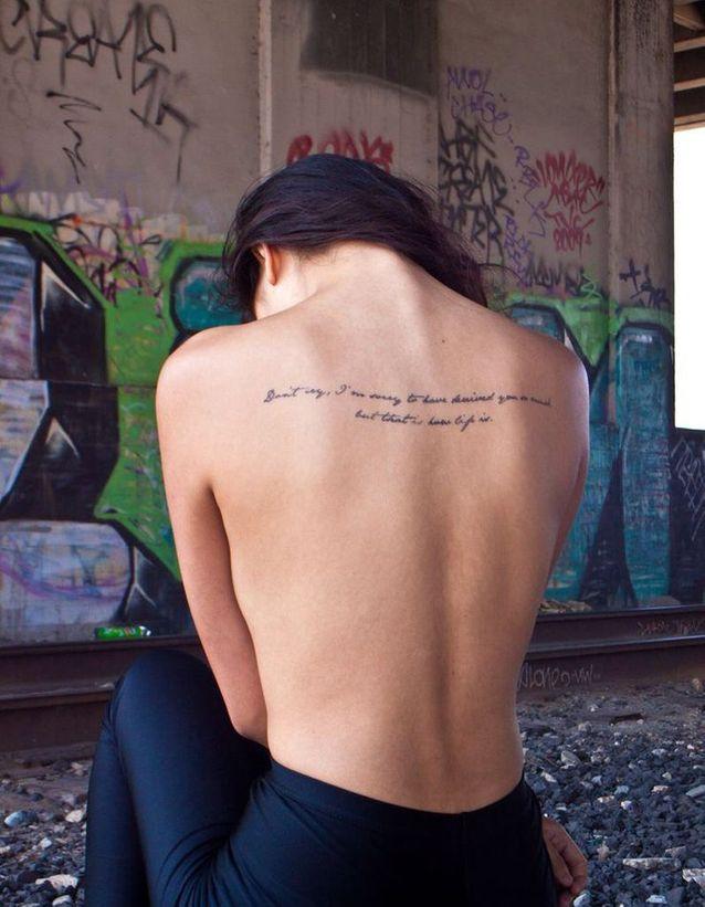 Tatouage phrase au milieu du dos