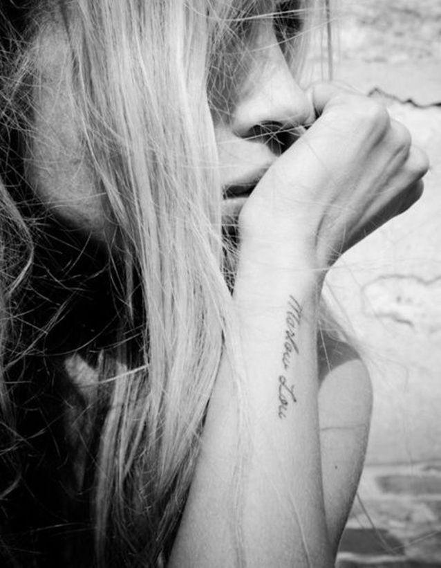 Tatouage phrase sur l'avant-bras