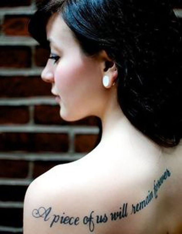 Tatouage phrase sur l'épaule