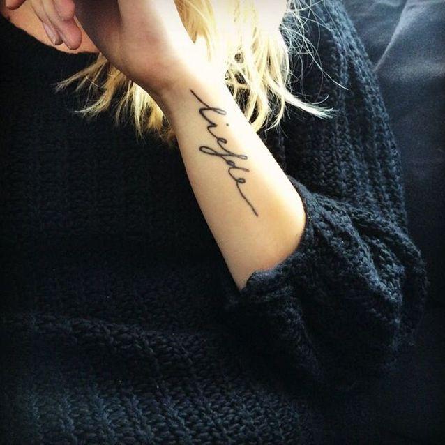 Tatouage phrase sur le côté du bras