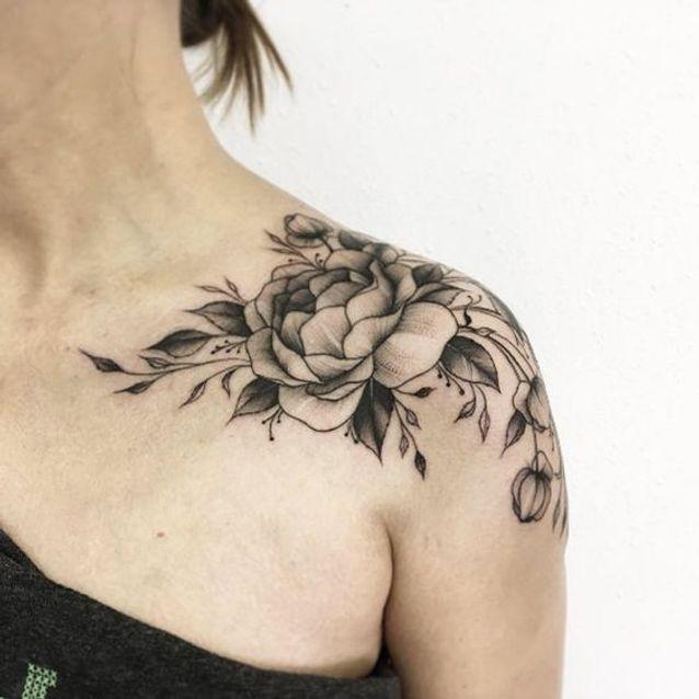 tatouage pivoine sur l 39 paule 15 id es de tatouages. Black Bedroom Furniture Sets. Home Design Ideas