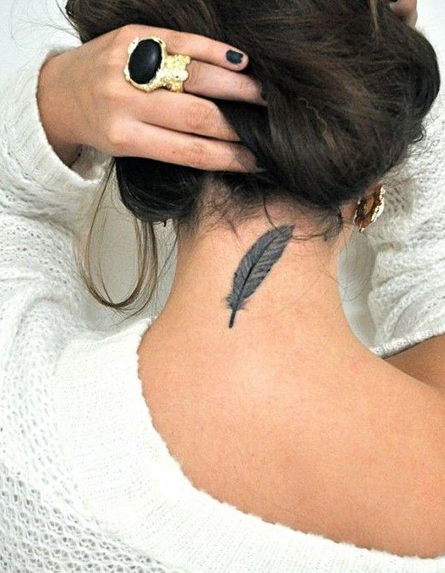 Tatouage plume discret