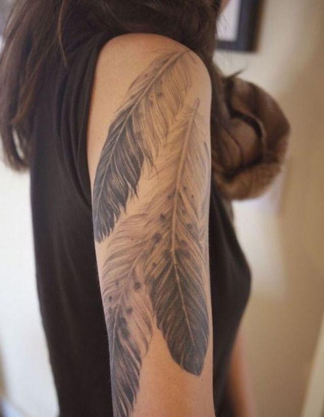 Tatouage plume sous l'épaule