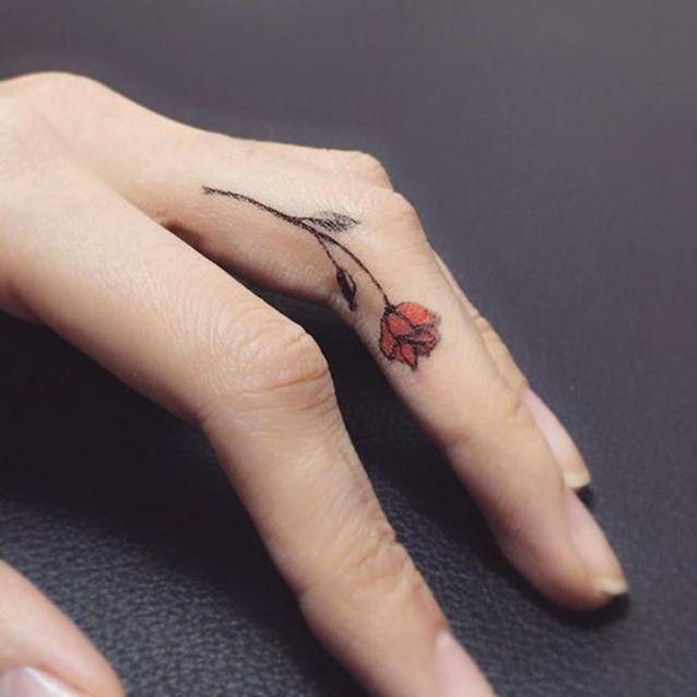 Tatouage rose doigt