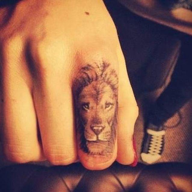 Tatouage signe astrologique lion doigt