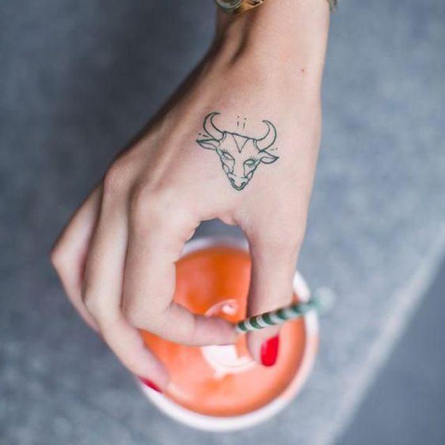 Tatouage signe astrologique taureau main