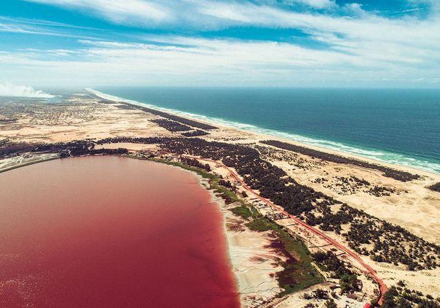Le lac rose confronté à l'océan Atlantique