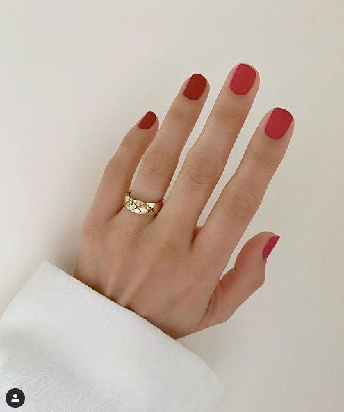 Un vernis à ongles rouge