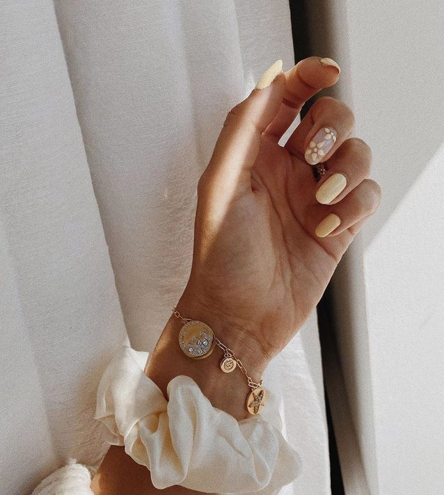 Vernis à ongles jaune pale