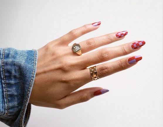 La manucure checkered nails