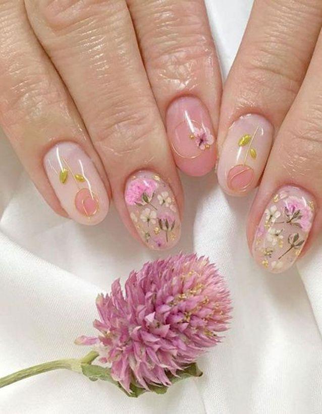 Manucure printemps avec des fleurs